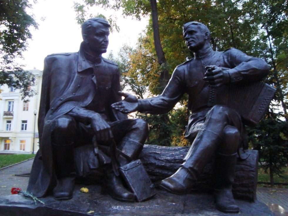 斯摩棱斯克特瓦尔多夫斯基和瓦西里·焦尔金雕像。图片来源:Wikipedia / Mitic/ CC BY-SA 3.0