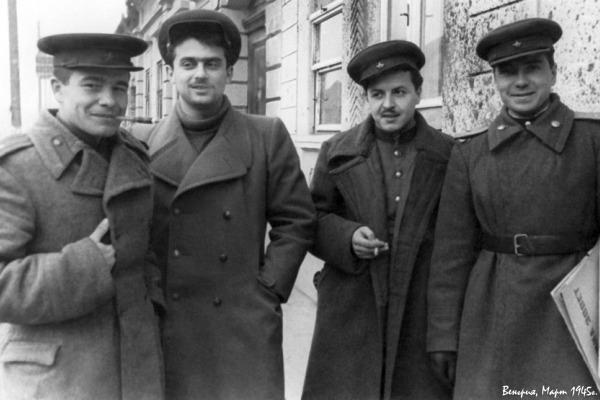 谢苗·古津科(Semen Gudzenko)(左边第二位)来源: Press Photo
