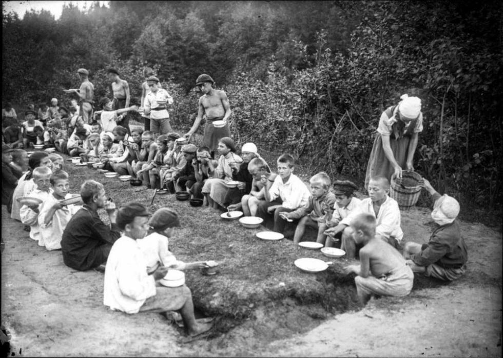 1923年的少先队夏令营午餐。图片来源:rg.ru