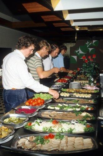 1980年,外国客人在莫斯科宇宙酒店餐厅用自助餐。 Gennady Popov/塔斯社
