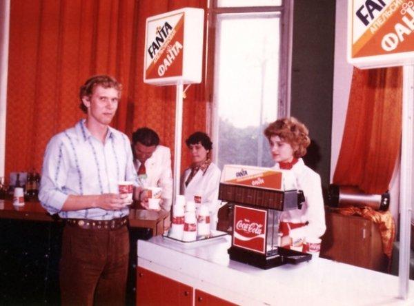 1978-1979年该公司免费提供了大量可口可乐和芬达、制作这些饮料的浓缩汁以及专业经营设备。  Press Photo
