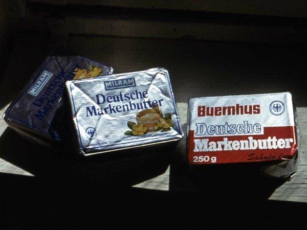 小包装乳制品(奶油和酸奶)、果汁、酱汁、果酱、蜜饯、密封包装香肠片和奶酪片等总共约1万吨食品主要从其他社会主义国家和芬兰采购。 Press Photo
