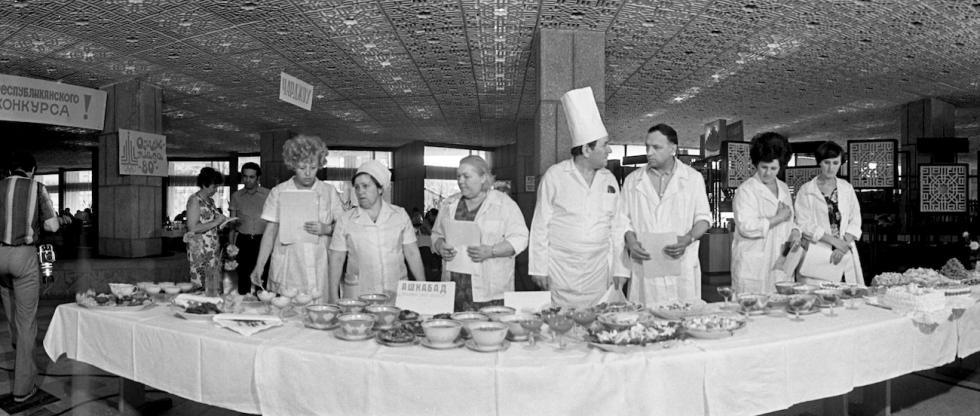 """1978-1980年全国开展了公共餐饮界工作者职业技能观摩大赛,提出的口号是""""为1980年奥运会参加者和客人提供优质服务文化""""。 / Yuri Somov/俄新社"""