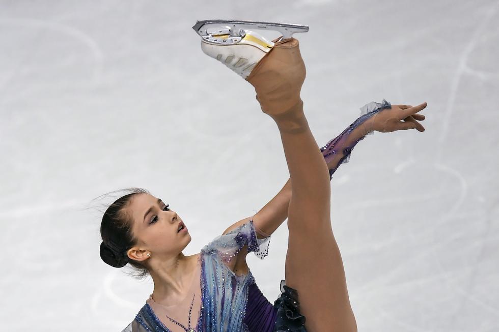 14岁的卡米拉·瓦利耶娃(Kamila Valieva)凭借芭蕾舞的经验将四周跳与伸展性和艺术性完美结合。瓦利耶娃认为自己在冰上流畅优雅的动作得益于芭蕾舞基础。 涞源:Vladimir Pesnya/俄新社