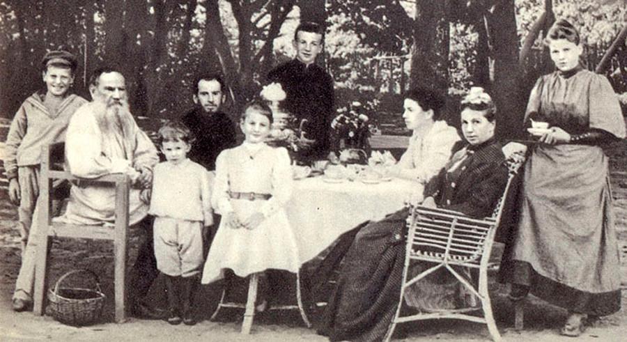 1892年。列夫·托尔斯泰和家人。Press photo