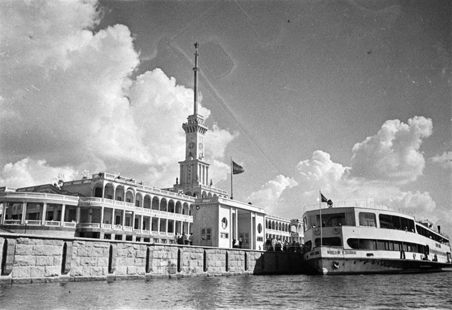 莫斯科北河码头,1938年。图片来源:Arkady Shaykhet/MAMM/MDF/russiainphoto.ru