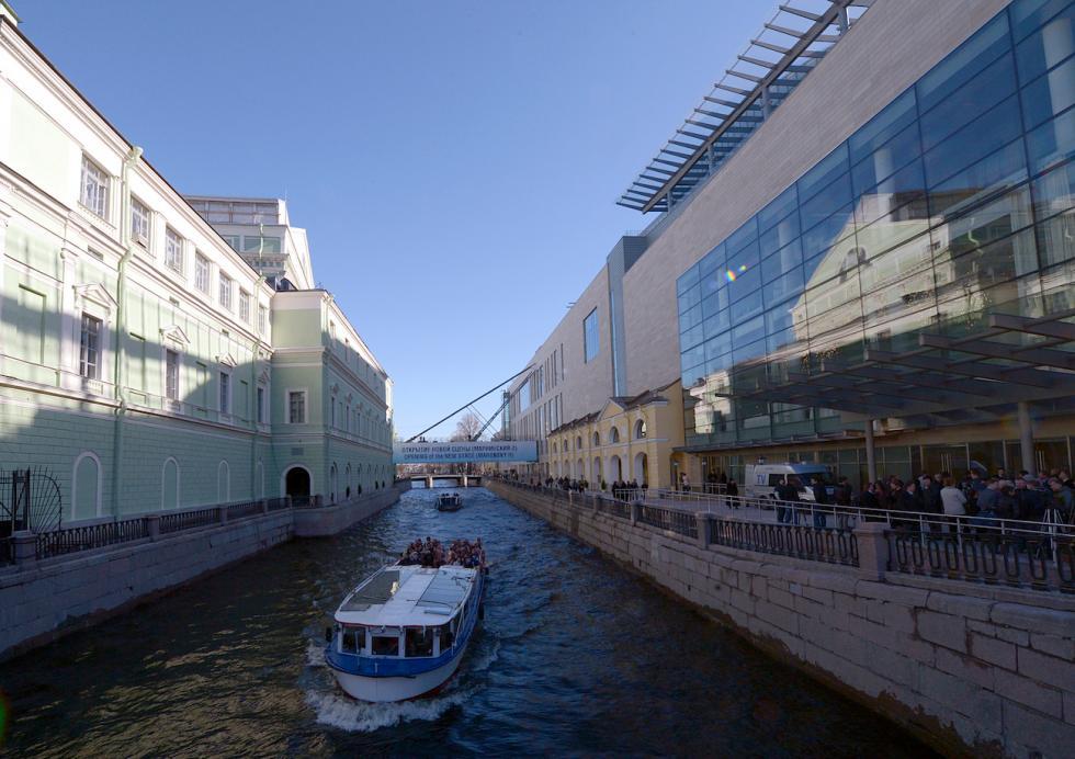 马林斯基剧院历史舞台(左)和新舞台(右) 涞源:俄新社