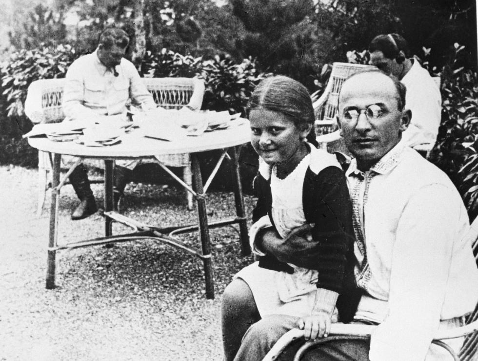 贝利亚(Lavrentiy Beria)(右), 斯大林的女儿斯维特兰娜(中)和斯大林(Joseph Stalin)(左) 涞源:俄新社