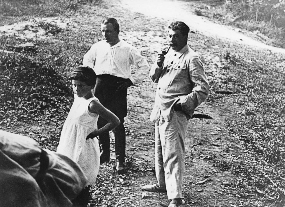斯大林(Joseph Stalin) (右), 斯塔林的女儿斯维特兰娜和基洛夫(Sergey Kirov) (左) 涞源:Anatoly Garanin/俄新社