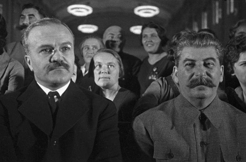 莫洛托夫(Vyacheslav Molotov) (左)和 斯大林(Joseph Stalin)(右) 涞源:Anatoly Garanin/俄新社