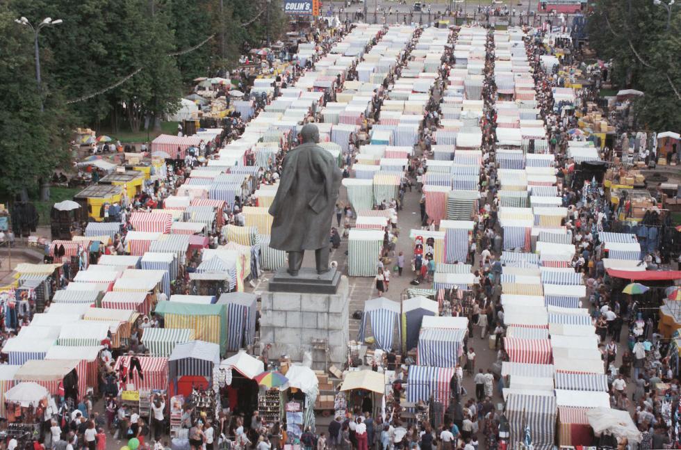 1997年,莫斯科最著名的卢日尼基市场(体育场内所有看台都变成了货摊) / Boris Kavashkin/塔斯社