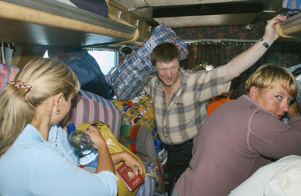 """""""倒爷""""在装满货物的大巴上从中国回俄罗斯  涞源:Vladimir Sayapin/塔斯社"""