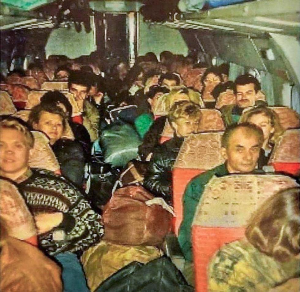 """俄罗斯""""倒爷""""在装满货物的图-134飞机上从土耳其回国 / Press Photo"""