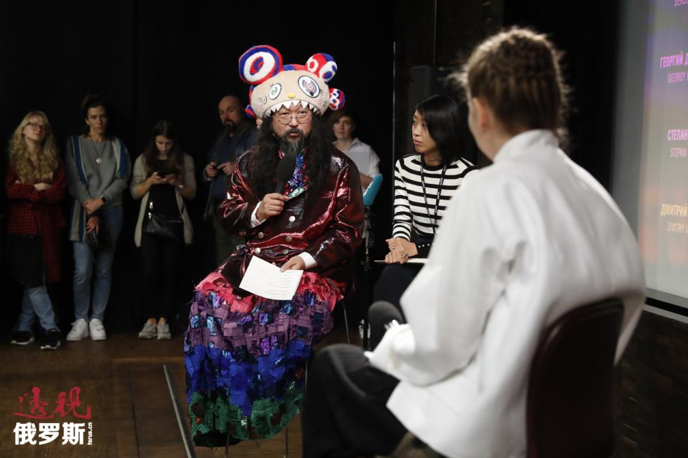 村上隆与策展人伊诺泽姆采娃举行公开座谈。图片来源:Artyom Geodakyan / 塔斯社