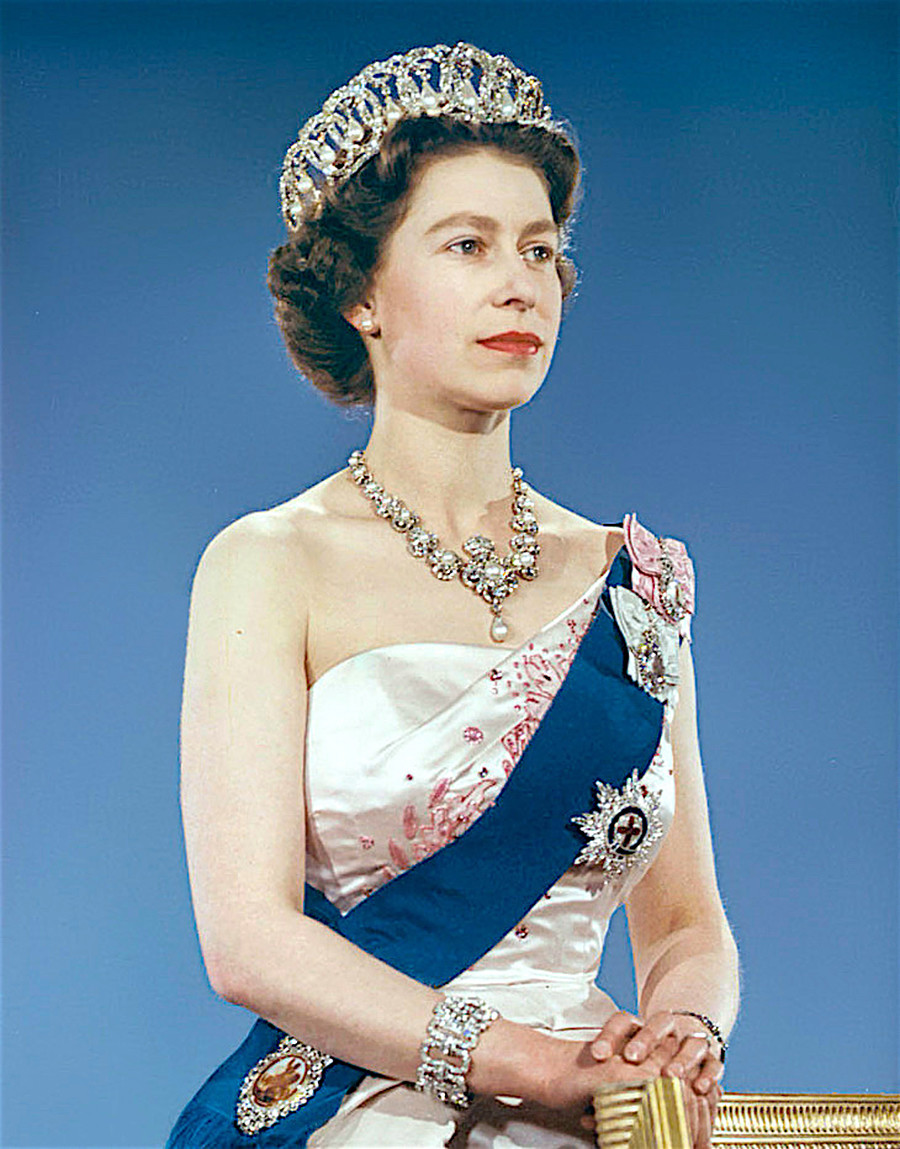 女王伊丽莎白二世佩戴这顶王冠。公开来源