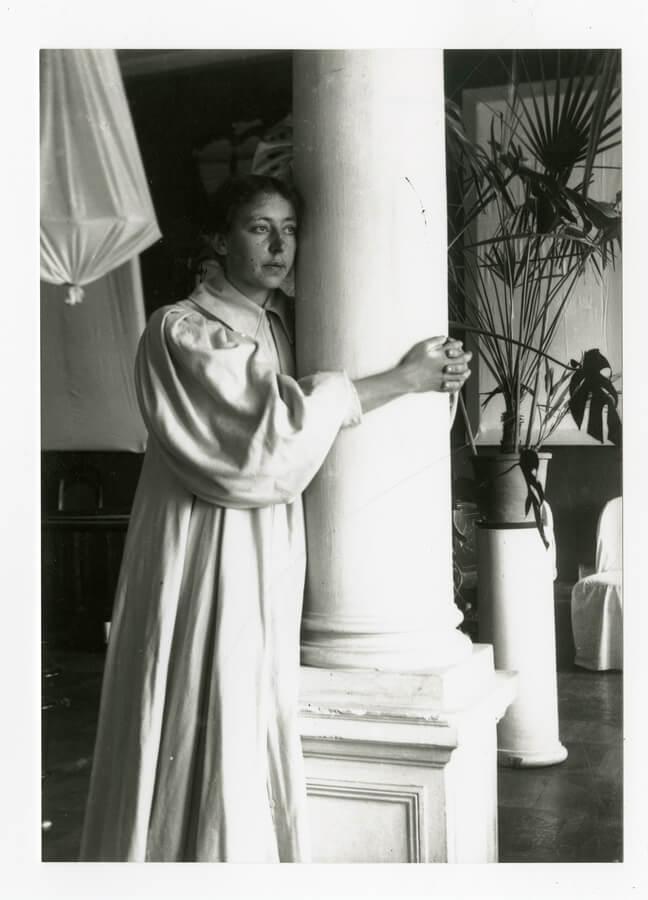 玛丽亚·亚昆奇科娃在莫斯科父母家的大厅中,1898年。图片来源:特列季亚科夫画廊