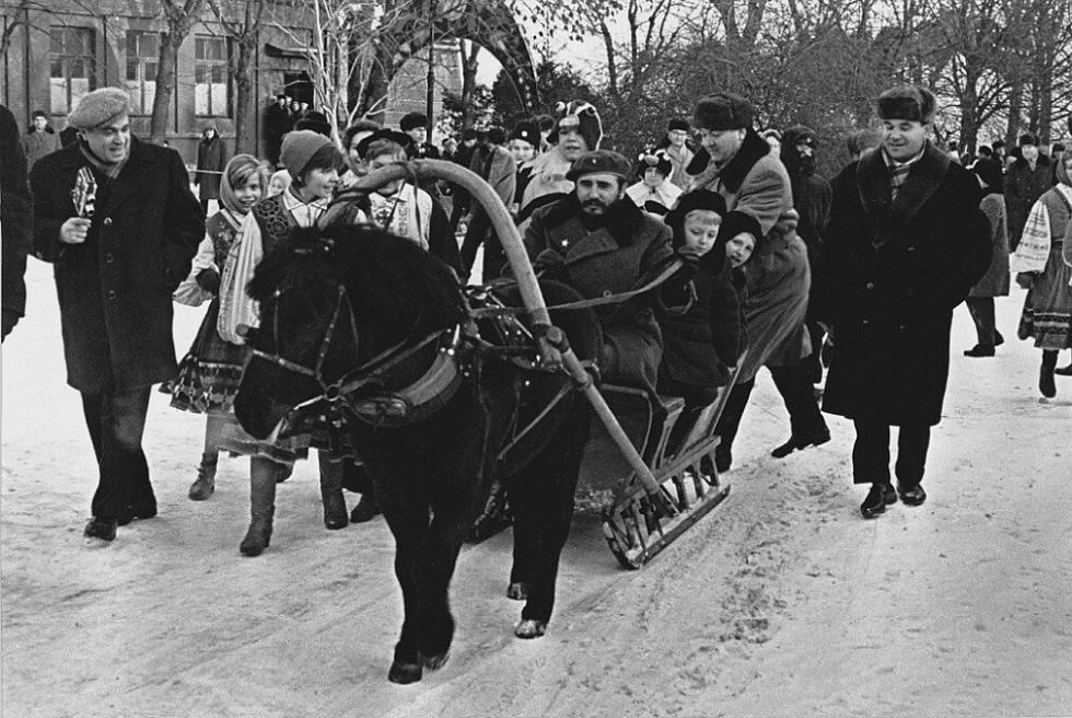 菲德尔·卡斯特罗驾着马拉雪橇载着苏联的孩子们,1963年。图片来源·;Dmitry Baltermants / 俄新社