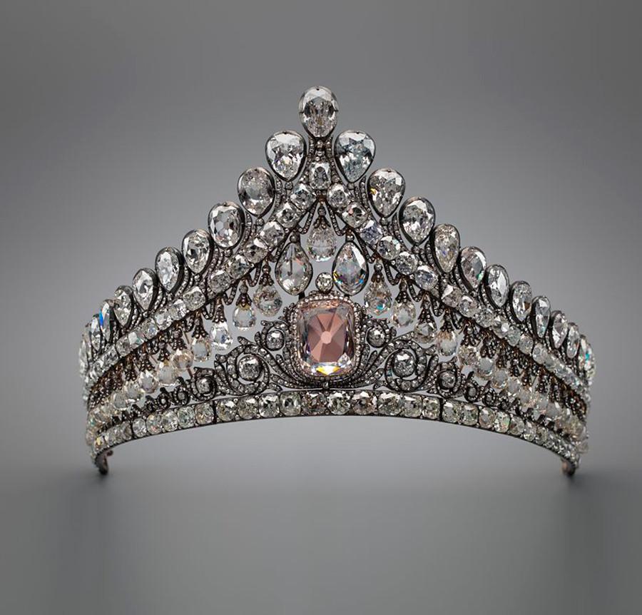 镶粉红色钻石的王冠。图片来源:Diamond Fund