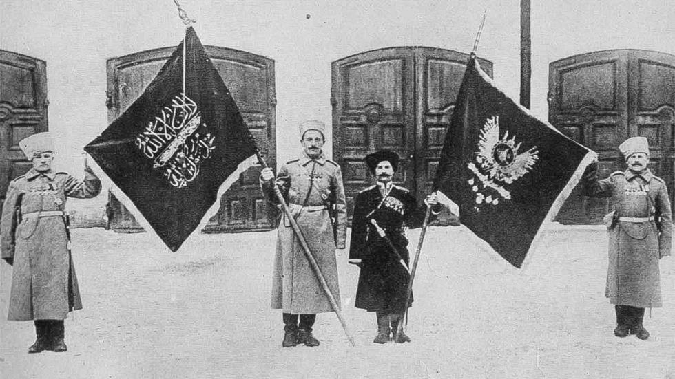 俄罗斯兵士们拿着土耳其旗帜。公开来源