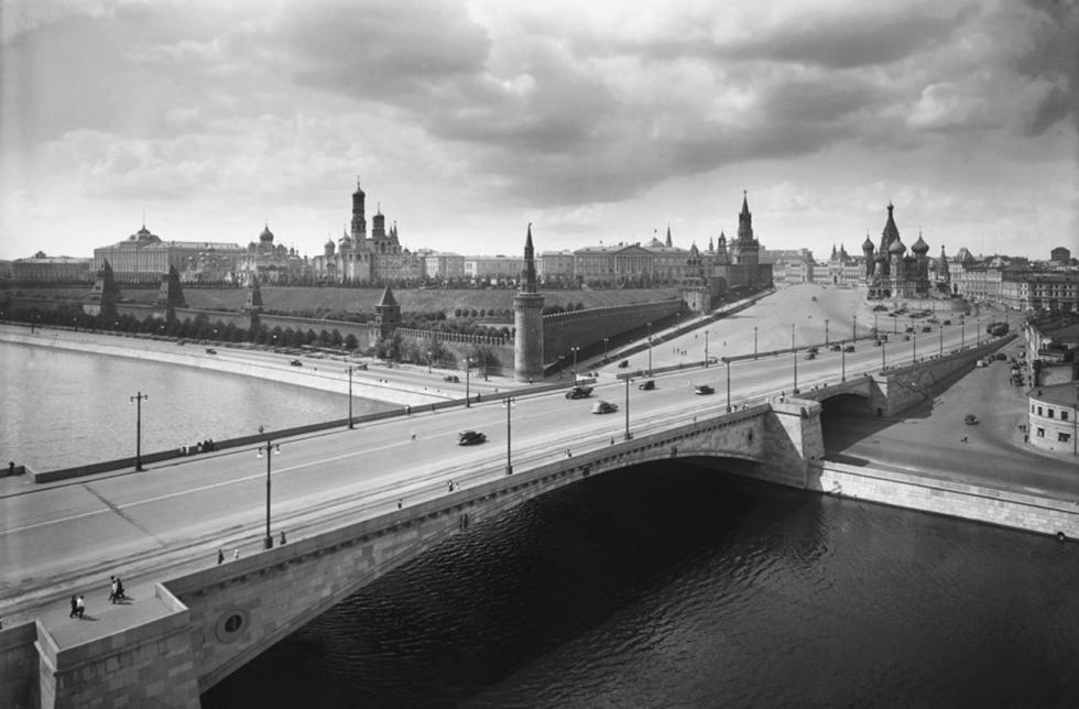 莫斯科沃列茨基大桥和莫斯科克里姆林宫景观,1939年。图片来源:Naum Granovsky / 卢米埃尔兄弟摄影中心