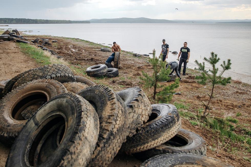 """""""如果成员有两人以上,其他人会在湖岸边搜索,在岸上清理拦击。"""""""