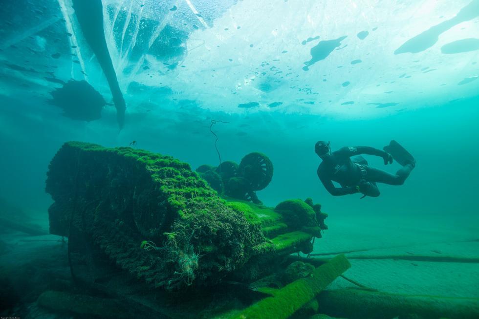自由潜水者有一个充气浮标,会将较大的物品(通常是轮胎)系在上面,然后借助绳索将其从湖底抬起并拖向岸边。
