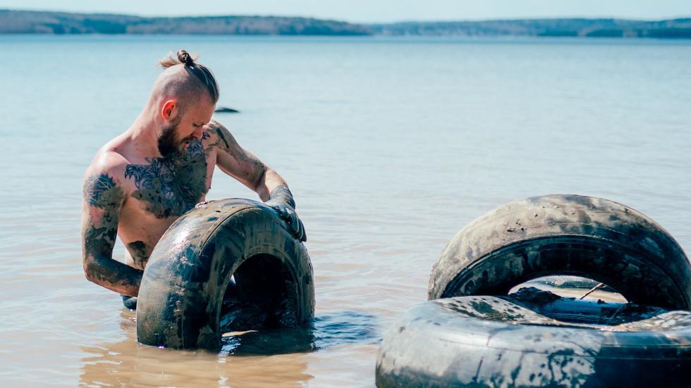 叶戈尔和自己的朋友们在贝加尔湖进行自由潜水。