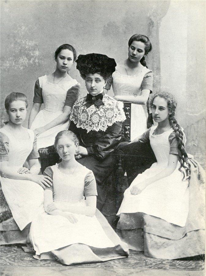 十九世纪的班主任与女学生。档案图片