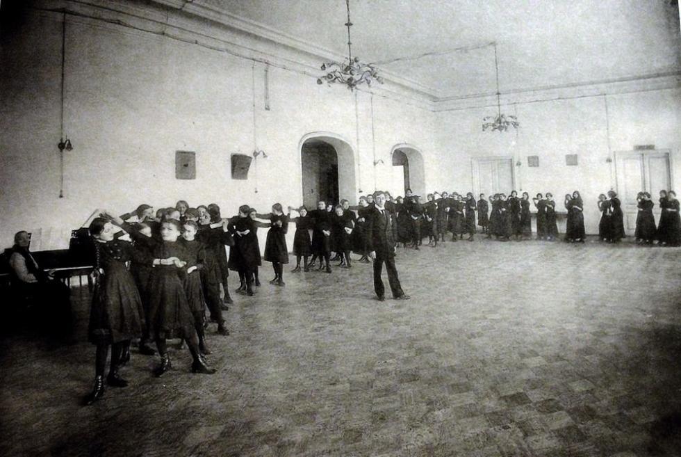 斯摩棱斯克第二女子中学的舞蹈课。档案图片