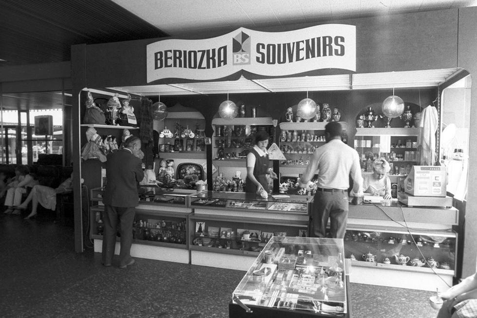 """苏联国际旅行社酒店中的一家纪念品商店""""小白桦"""",1983年。图片来源:Alexander Grashchenkov / 俄新社"""