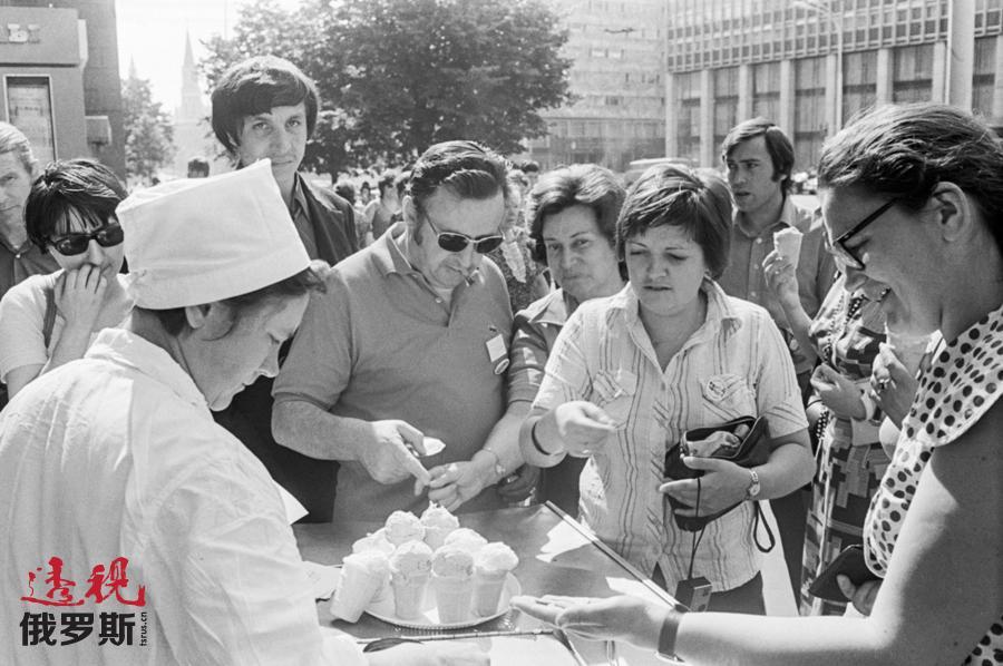 来自法国的游客品尝莫斯科冰淇淋,1976年。图片来源:A. Kovtun / 塔斯社