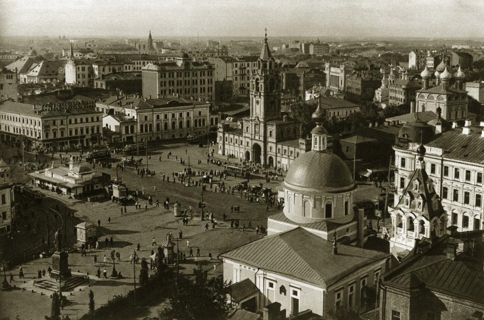 1920年代,在纪念碑前是受难修道院和受难广场。广场另一侧的普希金纪念碑将被移到修道院所在地点