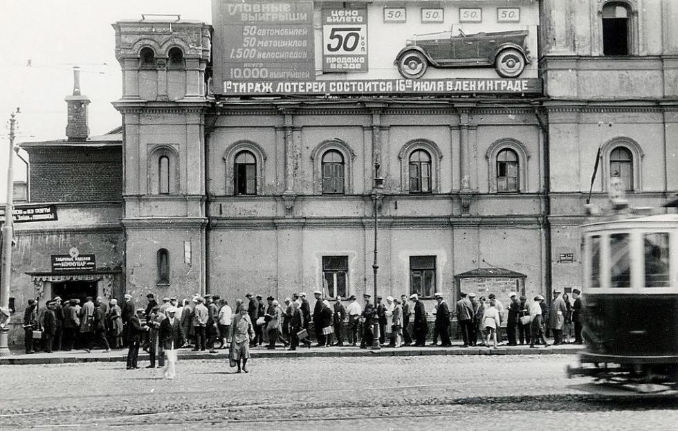 修道院墙壁在1930年代被用于张贴宣传画和广告。