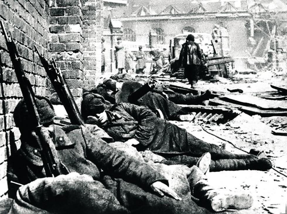"""""""让战士们睡一会吧……"""",柯尼斯堡,1945年。图片来源:rg.ru"""