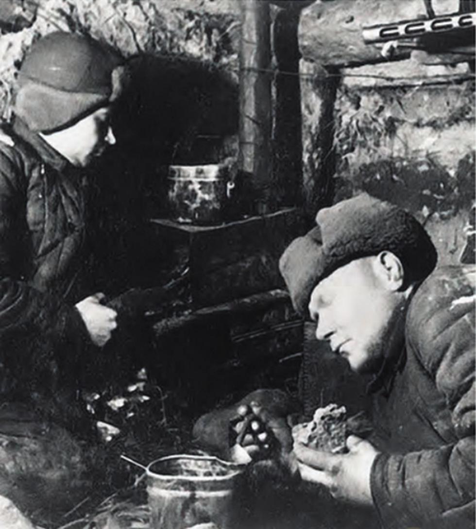 在窑洞中吃饭。图片来源:rg.ru