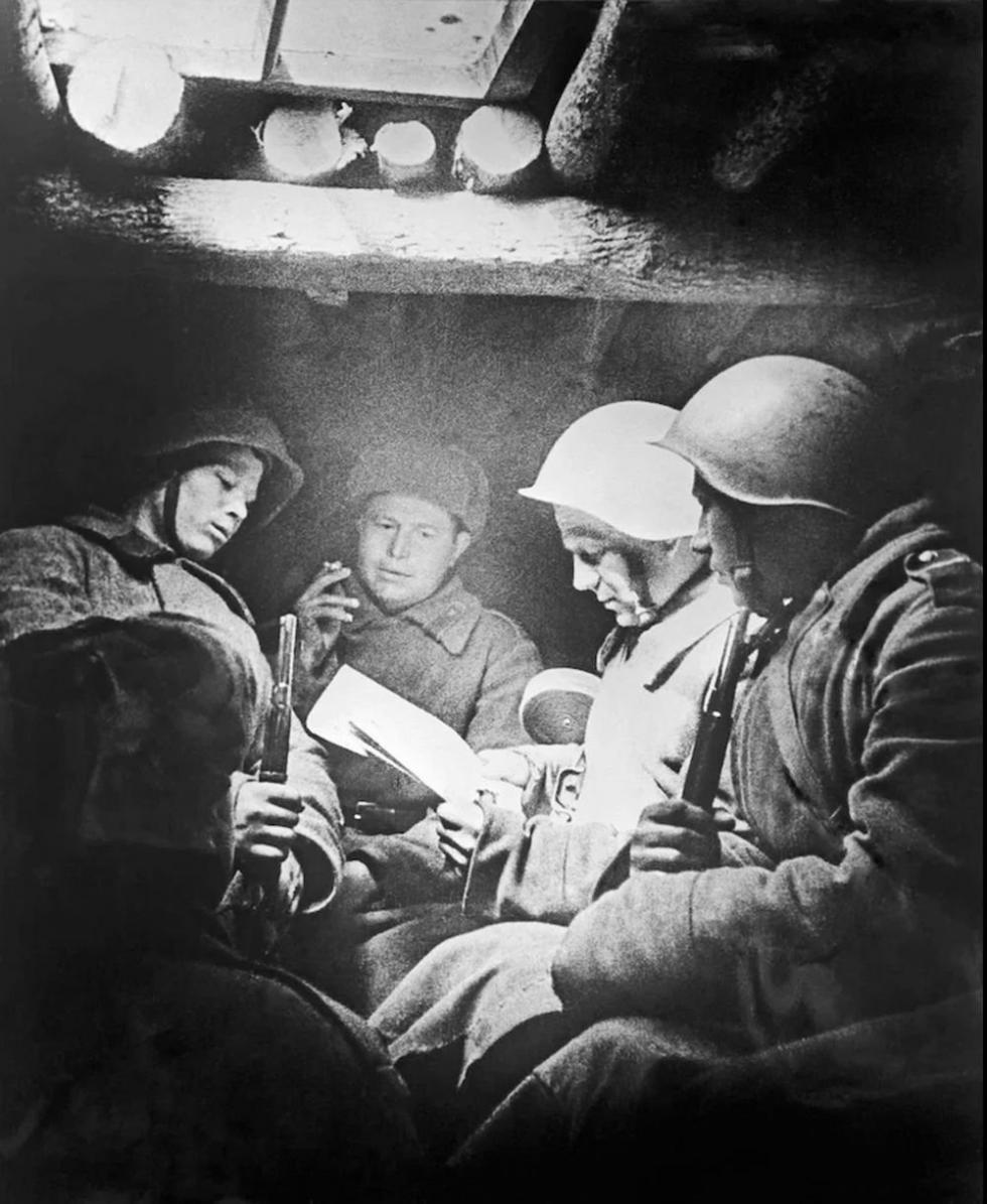 苏联战士在窑洞中看信,1944年。图片来源:rg.ru