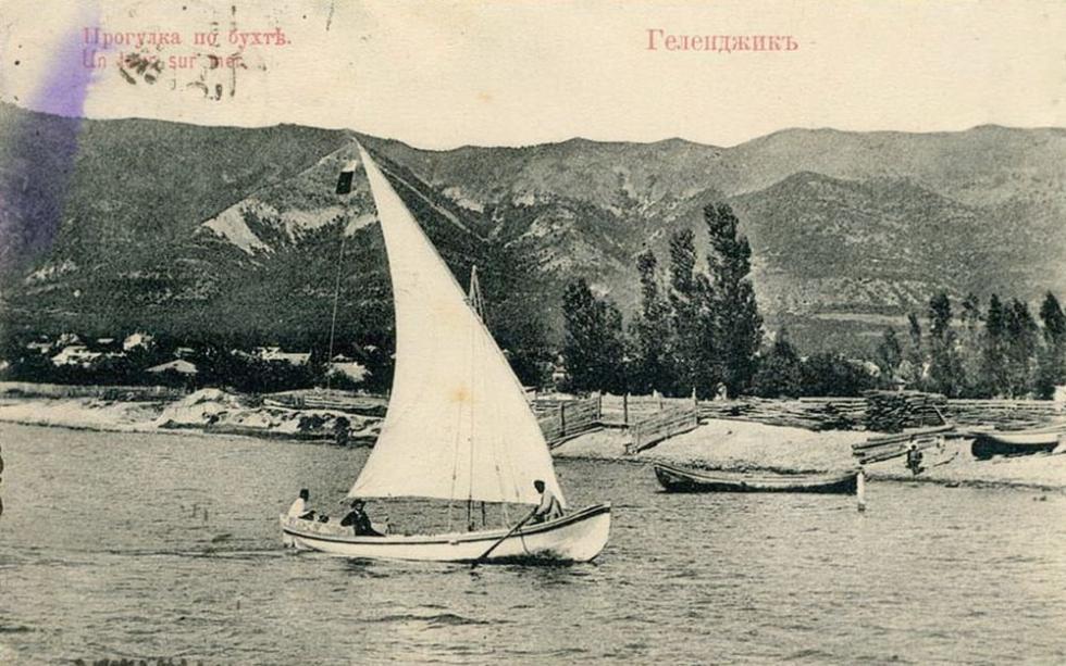 乘游艇在海上游玩,格连吉克。图片来源:rg.ru