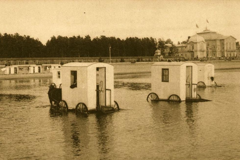 谢思特罗列茨克度假胜地,带轮子的移动更衣室。图片来源:rg.ru
