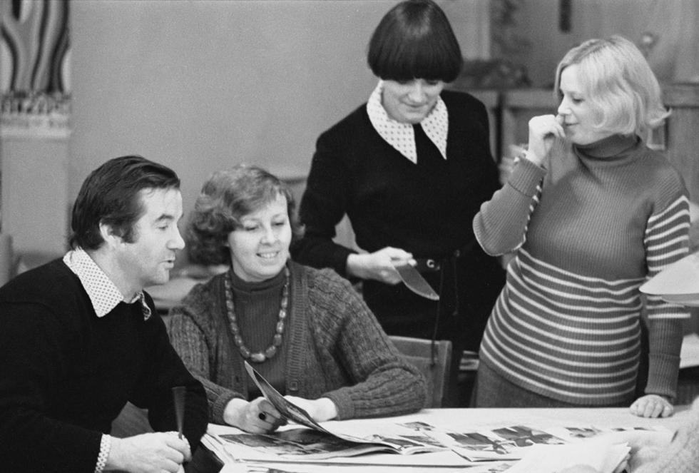 列宁格勒,1977年1月26日,时装公司设计师在讨论时装系列。图片来源:Yury Belinsky/塔斯社