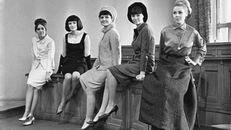 全苏时装工作室,时装模特娜塔莉亚·康德拉申娜(Natalya Kondrashina),叶莲娜·伊佐尔金娜(Elena Izorgina),莉莉安娜·巴斯卡科娃(Liliana Baskakova),列吉娜·兹巴尔斯卡娅(Regina Zbarskaya)和米拉·罗曼诺夫斯卡娅(Mila Romanovskaya),1965年。图片来源:Yevgeny Umnov/MAMM/MDF/russiainphoto.ru