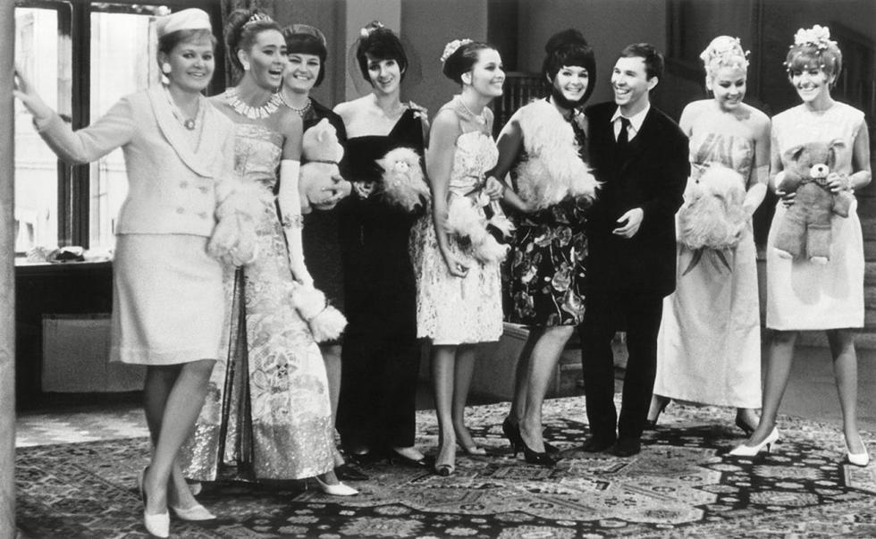 时装设计师维切斯拉夫·扎伊采夫与时装模特,1965年。图片来源:Alexander Steshanov/Izvestia newspaper/russiainphoto.ru