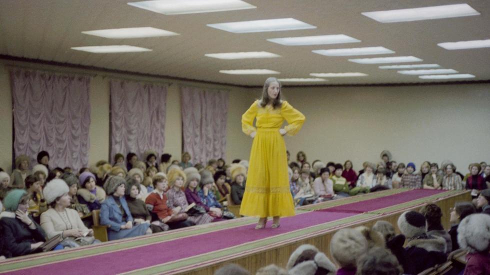 """在秋明时装公司展厅举行""""春季-80""""新款时装系列表演,1980年。图片来源:塔斯社"""