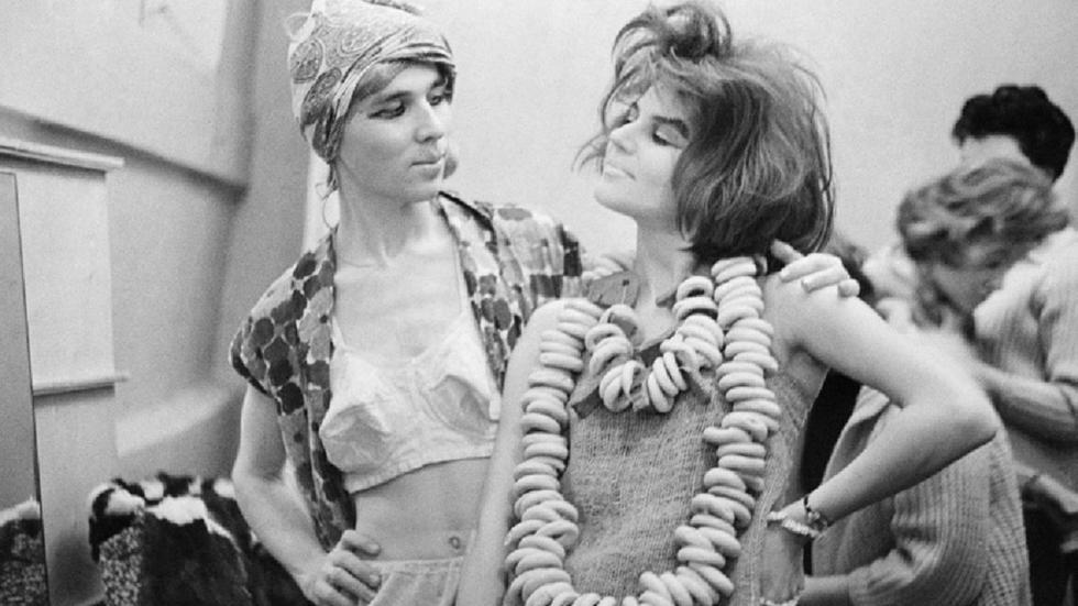 时装设计师维亚切斯拉夫·扎伊采夫时装秀幕后,1966年。图片来源:Yury Abramochkin/russiainphoto.ru