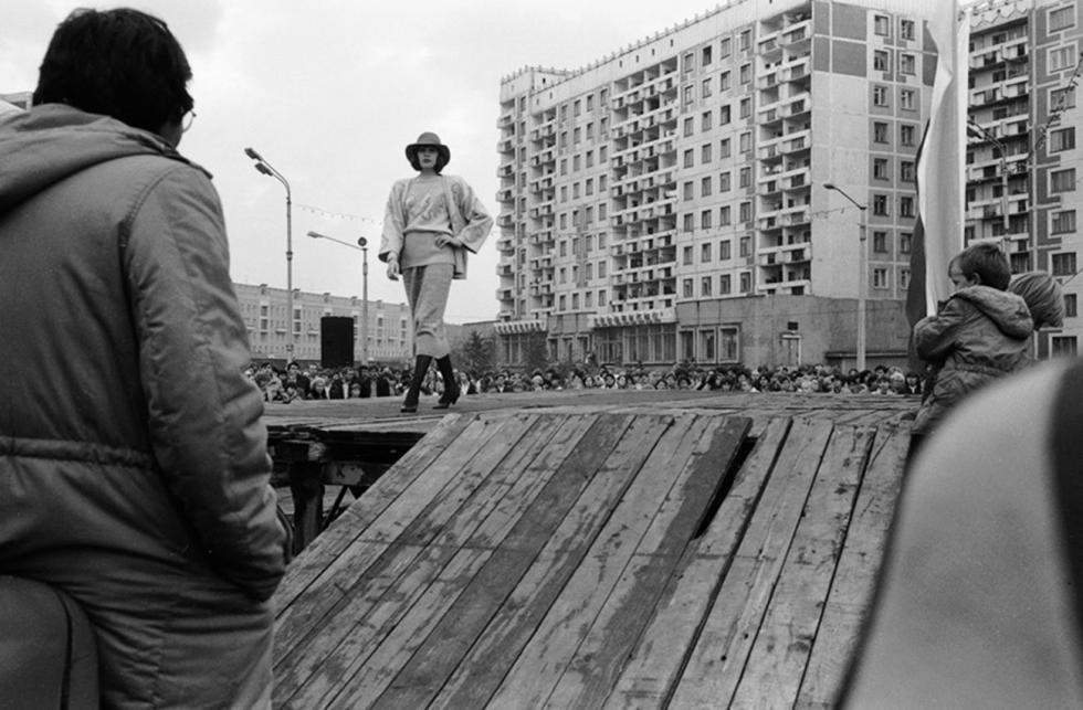 板房旁举行的时装秀,新库兹涅茨克,1987年。图片来源:Alexander Bobkin/russiainphoto.ru