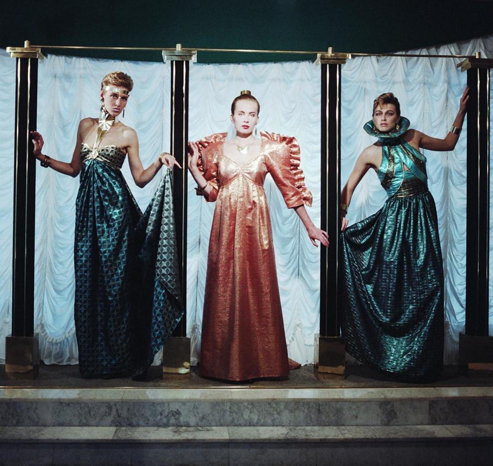 阿尔巴特街时装工作室,1989年,彩色锦缎晚礼服。图片来源:Viktor Velikzhanin, Ludmila Pakhomova/塔斯社