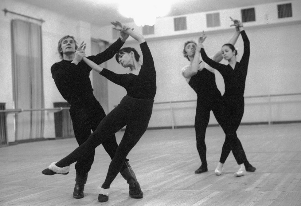 叶卡捷琳娜·马克西莫娃和弗拉基米尔·瓦西里耶夫 (左) 在芭蕾排练中。 来源: Alexander Makarov/俄新社