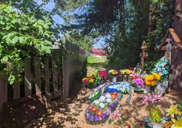 俄罗斯,斯维尔德洛夫斯克州,斯塔诺瓦亚镇。巴比诺夫夫妇房子的栅栏离两座坟墓只有三十公分距离。 来源:ural24.com