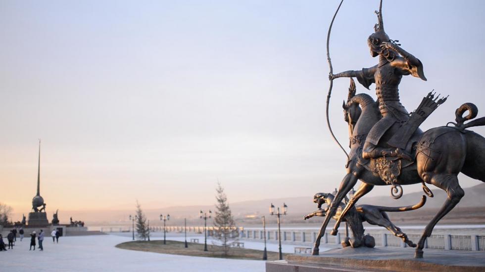 位于克孜勒市叶尼塞河岸边的《皇帝的狩猎》。远处是达西的另一件作品《亚洲中心》。 / 达西·纳姆达科夫艺术基金会